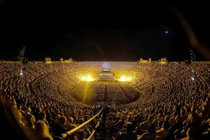 Un momento dei Carmina Burana diretti da Ezio Bosso all'Arena di Verona nel 2019. In alto, l'artista scomparso nel maggio scorso.
