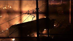 Un'immagine dell'incendio provocato nella stazione di Viareggio il 29 giugno 2009.