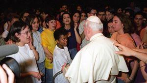 Papa Giovanni Paolo II incontra i giovani nell'Aula Paolo VI il 28 marzo 1986. Foto Vatican News.