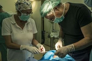 Un'equipe medica dell'Associazione al lavoro durante una delle missioni volontarie nei Paesi poveri.