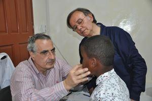 Qui e in copertina, il dottor Fabio Abenavoli, presidente di Emergenza Sorrisi, con alcuni piccoli pazienti.