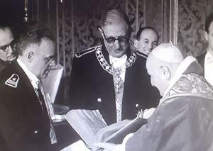 In questo frame tratto da un cinegiornale dell'epoca, un momento dell'incontro tra papa Giovanni XXIII e il generale De Gaulle, nell'estate 1959.