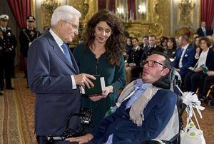 Mattarella consegna l'onorificienza di Cavaliere della Repubblica a Gaetano Fuso accompagnato dalla moglie Giorgia Rollo