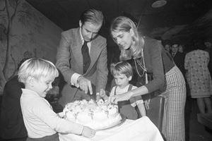 Joe Biden festeggia il suo 30esimo compleanno, il 20 novembre 1972, con la prima moglie Neilie e i suoi due figli.