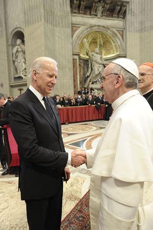 L'allora vice presidente degli Stati Uniti d'America Joe Biden, 78 anni il 20 novembre, saluta papa Francesco, 83, il giorno in cui iniziò ufficialmente il suo Pontificato, il 19 marzo 2013. In alto, il loro ultimo incontro, avvenuto il 29 aprile 2016. Foto Reuters.