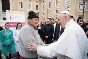 Papa Francesco, oggi 83 anni, il 16 novembre 2017 incontra una persona davanti a uno dei laboratori da campo per visite gratuite allestiti in Piazza San Pietro in occasione della Giornata mondiale dei poveri. Foto Reuters.