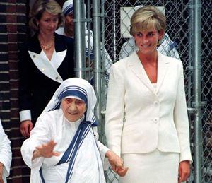 Santa Madre Teresa di Calcutta (1910 - 1997) con la principessa Diana (1961-97). Foto Reuters. In copertina: Madre Teresa il 4 giugno 1995. Foto Reuters.