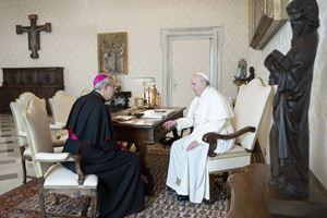 Città del Vaticano, 5 dicembre 2020. Papa Francesco, 83 anni, riceve in udienza monsignor Giuseppe Satriano, 60. Foto: Osservatore Romano, Vatican Media