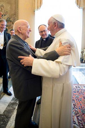 Padre Bartolomeo Sorge (25 ottobre 1929-2 ottobre 2020) con papa Francesco, oggi 83 anni, e (dietro, con padre Antonio Spadaro, il 9 febbraio 2017, durante un'udienza concessa a La Civiltà Cattolica.