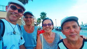 Don Stefano Buttinoni con il fratello Roberto e i genitori al mare