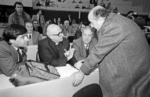 Padre Sorge a un congresso della Dc, tra Ciriaco De Mita (oggi 92 anni, primo a destra) e Leoluca Orlando, 73, a sinistra,