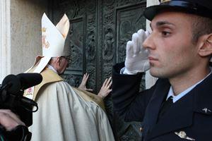 In alto, il cardinale Pietro Parolin, 65 anni, apre un anno fa la Porta Santa per il Giubileo.