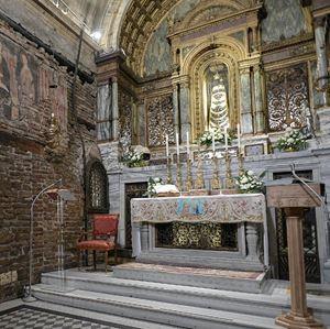 La Santa Casa di Loreto. Foto Ansa  Nel montaggio di copertina e in alto: la Santa Casa di Loreto (a sinistra) e la Grotta di Lourdes. Fotografie dell'agenzia di stampa Ansa.