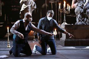 Un momento delle prove, tutti con la mascherina, Benjamin Berheim con Davide Livermore (foto Brescia e Amisano).