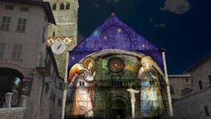 Assisi, Cattedrale di San Rufino, dicembre 2020. Foto: www.nataledifrancesco.it  Per gentile concessione. In alto: il presepe diffuso ad Assisi: foto Ansa.