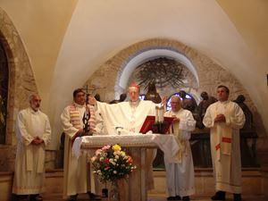 2005: il Cardinale Martini celebra Messa in Terra Santa. Alla sua sinistra, don Virginio Colmegna