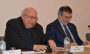 """Monsignor Marco Ballarini (a sinistra), Prefetto della Veneranda Biblioteca Ambrosiana, e Giuseppe Langella, direttore del Centro di ricerca """"Letteratura e Cultura dell'Italia Unita"""" dell'Università Cattolica del Sacro Cuore di Milano"""