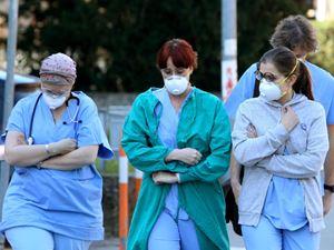 Personale medico con le mascherine nei pressi di un'ospedale a Padova, vicino alle zone colpite del focolaio di Vo' Eugeneo (foto Ansa)