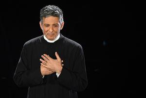 """Dal palco-pulpito di Sanremo, """"don Fiorello"""" ci presta voce e gesti per la preziosa omelia nata dalle canzoni del Festival... (foto Ansa)"""