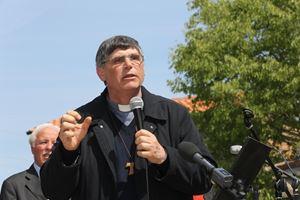 Don Maurizio Patriciello, 65 anni. Foto Ansa.