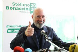 Stefano Bonaccini, 53 anni, festeggia la vittoria alle regionali (Ansa)