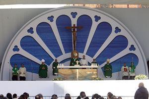 """Bari, domenica 23 febbraio 2020. La concelebrazione eucaristia conclusiva dell'incontro """"Mediterraneo, frontiera di pace"""" presieduta da papa Francesco. Foto Ansa."""