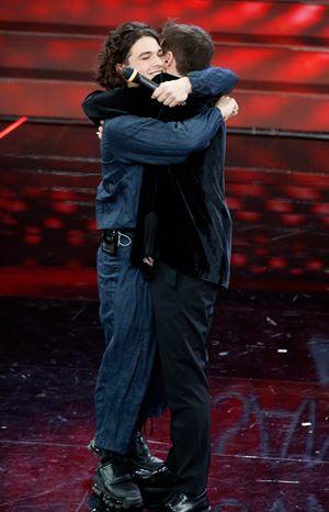 Fasma e Leo Gassman si abbracciano. I loro testi dedicati ai fragili, agli afflitti, a chi abita ai margini (foto Ansa)