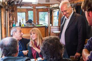 Il regista Walter Veltroni (in piedi) con David Riondino e Dori Ghezzi, durante le riprese del docufilm