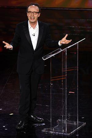 """Nella """"sua"""" cover del Cantico dei cantici, Roberto Benigni, cercando di spiegare l'imbarazzo della presenza di una """"canzone profana, piena di erotismo"""" nelle Scrittura, ha detto: «è come se una bella canzone di Sanremo entrasse a far parte del Vangelo» (foto Ansa)"""