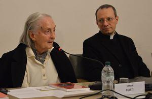 Vanda di Marsciano (a sinistra), moglie dello scrittore Eugenio Corti, e monsignor Federico Gallo, dottore della Biblioteca Ambrosiana