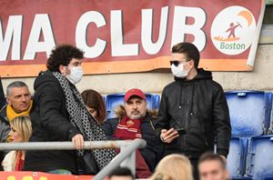 Allo stadio con le mascherine (Reuters/Alberto Lingria)