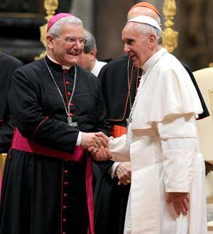 Papa Francesco con il vescovo di Bergamo, mons. Francesco Beschi (Ansa)