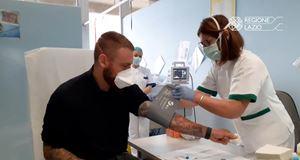 Anche l'ex calciatore Daniele De Rossi (nella foto) con la moglie Sarah Felberbaum si sono recati all'Ospedale San Camillo di Roma a donare sangue (foto Ansa).