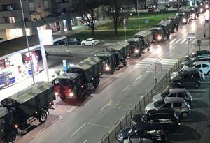 Mezzi militari portano fuori da Bergamo morti per coronavirus affinché vengano cremati in altre città. Foto Ansa. Le altre immagini di questo servizio sono dell'Esercito o dell'Ordinariato militare.