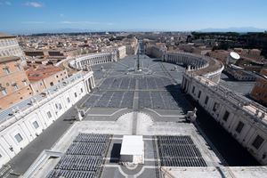 Una veduta di piazza San Pietro deserta in questi giorni (Ansa)