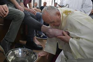 Papa Francesco celebra il Giovedì Santo del 2019 nel carcere di Velletri (Ansa)