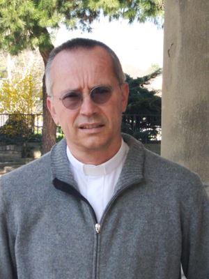 Don Claudio Del Monte è il cappellano della Clinica Gavazzeni e parroco di Santa Croce a Bergamo