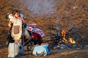 Bambini sul confine fra Turchia e Grecia (Reuters).