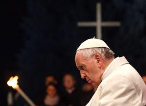 Questa foto, dell'agenzia Reuters, è relativa alla Via Crucis svoltasi al Colosseo il 19 aprile 2019, Venerdì Santo, presieduta da papa Francesco. L'altra foto è dell'agenzia Ansa.