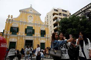Sopra e in alto: due immagini d'archivio di chiese a Macao, in Cina. Foto dell'agenzia di stampa Reuters.