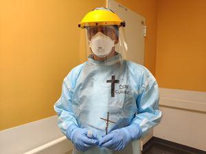 Don Claudio prima di visitare i pazienti Covid nella clinica Humanitas Gavazzeni di Bergamo