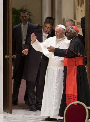 Papa Francesco con il cardinale Peter Turkson, Prefetto del Dicastero per il Servizio dello Sviluppo Umano Integrale (Ansa)