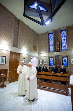 Un incontro tra Francesco e Benedetto XVI (Ansa)