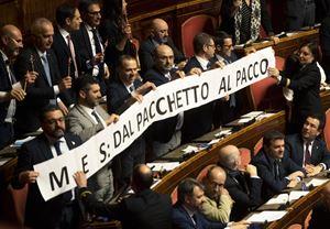 I senatori della Lega protestano in Aula contro il MES il 6 febbraio scorso (Ansa)