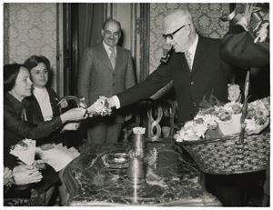 Nilde Iotti riceve un mazzo di fiori da Pertini in occasione della Festa della donna.