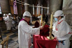 L'arcivescovo di Parigi, monsignor Michel Aupetit, durante la venerazione della Croce a Notre Dame, il 10 aprile, Venerdì Santo. Foto dell'agenzia di stampa Reuters.