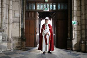 L'arcivescovo di Parigi, monsignor Michel Aupetit, entra a Notre Dame per la venerazione della Croce, il 10 aprile, Venerdì Santo. Foto dell'agenzia di stampa Reuters.