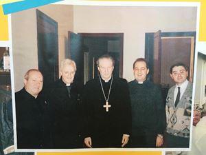 Don Alberto è il secondo da sinistra, accanto al cardinal Martini.