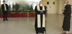 Il cardinal Gualtiero Bassetti in visita all'ospedale Santa Maria della Misericordia il 17 aprile scorso (Ansa)