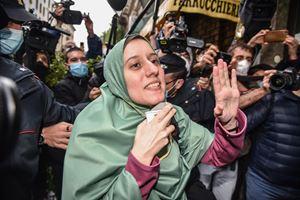 L'arrivo di Silvia Romano nel suo quartiere del Casoretto a Milano (Ansa)
